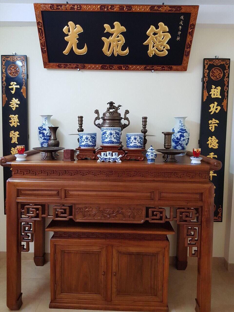 Bộ ngũ sự với cuốn thư câu đối trên bàn thờ