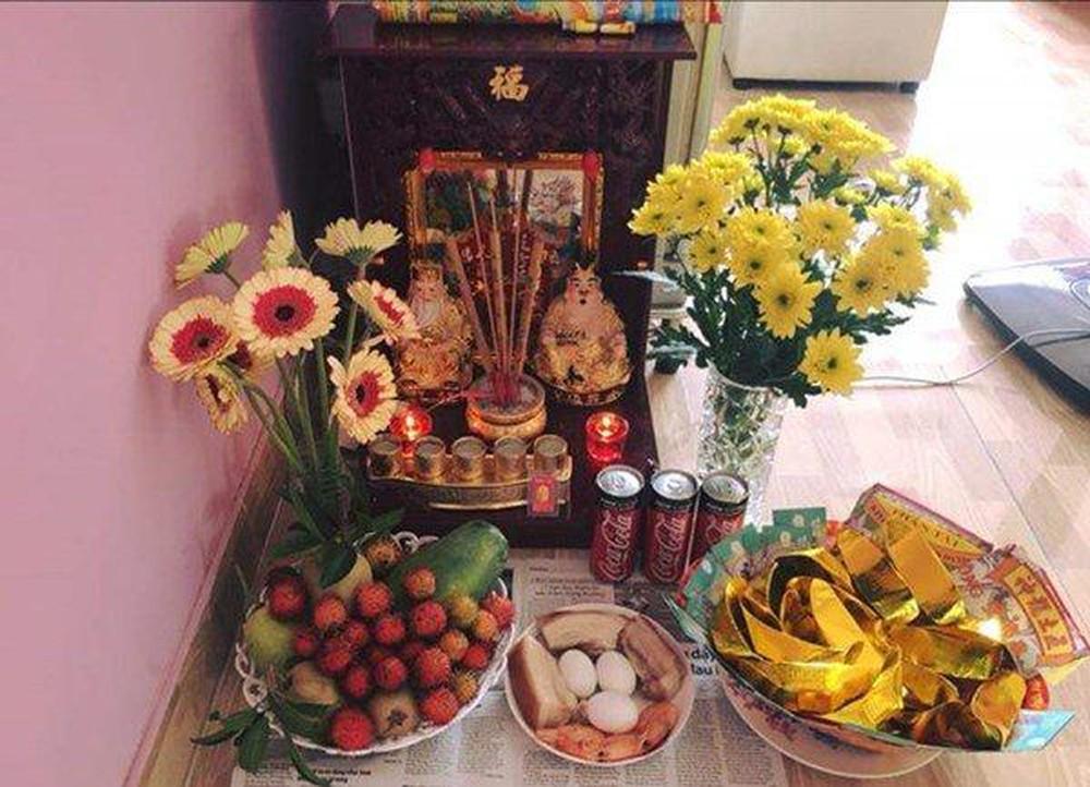 Hoa để trên bàn thờ chung cư phải dùng hoa tươi
