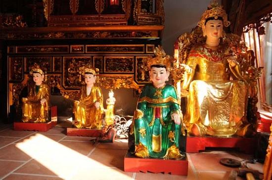 Sơn Đồng nổi tiếng với nghề tạc tượng Phật, tượng Mẫu và đồ thờ cúng bằng gỗ